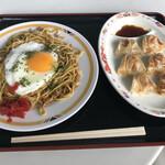 出端屋 - 横手やきそば(570円)+一口餃子(390円)