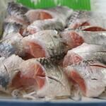 金沢食堂 - 銚子産マイワシアップ1:ツヤツヤしてます。