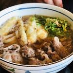 松山 力みなぎる完全無欠うどん 空太郎 - 旦那の肉うどん、ごぼう天が乗ってます。ちょい甘めのお出しです。