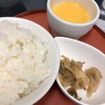 成都担担面 - 得々セット(ライス、ザーサイ、杏仁豆腐)@300円   中国人は絶対にやらないセットだけどコチラの坦々麺にはライスが必須なのです。そしてこの手作り杏仁豆腐が絶品なのでまさにお得なセット♪