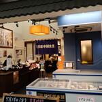 横濱屋本舗食堂 - 外観写真:お店の入口、レジは店頭販売と共用です。