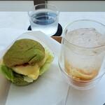 スタンド ヒビキ - 短角牛のヒビキバーガー トマトソース&チーズとレモンジンジャーソーダ