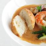 トランテアン - 白身魚のすり身のクネル(ムース)と海老、季節野菜 ナンチュアソース