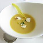 トランテアン - 小さな前菜~兵庫県産のトウモロコシの冷製スープ ポップコーンとコーンの身をのせて