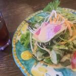 ラ・ベファーナ - ランチ サラダとレモンティー サラダは思った以上にボリュームあり、ドレッシングも美味しいです。
