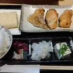 133825383 - 銀鮭カマとアゴだし巻き定食790円