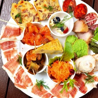 多彩な料理を味わうことができるバル。飲み放題付コースも◎