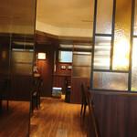 フライング・スコッツマン - 窓際テーブル席から見た会計レジ方向 正面奥と右手にもテーブル席、左手の会計手前にはカウンター席