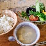 ソウルフードカフェ カモメ - ごはん、お味噌汁、サラダ