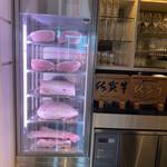 KABTO - 店内に入ると、迫力ある肉! これって最近                          よく見かけるけど…テンション上がるよね〜
