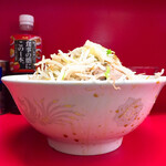 ラーメン二郎 - 丼がタレで汚れている