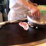 Fujiteppanyaki - シェフが各テーブルを回り肉を焼きます