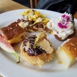 ガーデンレストラン オールデイ ダイニング - デザート。奥の花のデザートは見えないけど、バナナのタルト。シュークリームが美味しかった。