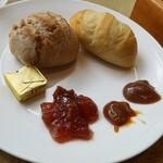 ガーデンレストラン オールデイ ダイニング - パンとバターとジャム。クルミのパンが美味しかった。