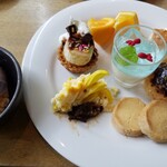 ガーデンレストラン オールデイ ダイニング - デザートお代わり。クッキーは地味でも美味しい。バナナ見えた
