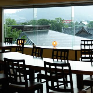 東山を臨む京の風情あふれる空間で、くつろぎのお時間を。