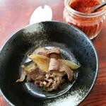 手打ちうどん ムサシ - 肉=馬肉100円を追加。上に見えるはなかなかの辛さのすりだね。