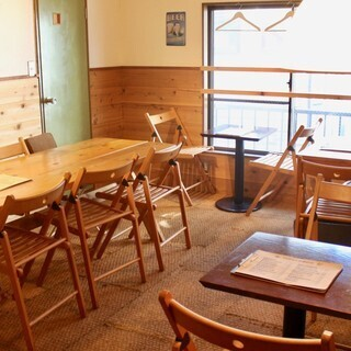 2Fにはテーブル席が多数。木のぬくもりが落ち着く空間。