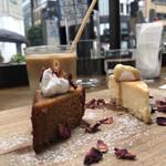 METoA Cafe & Kitchen - パウンドケーキとチーズケーキ(右)