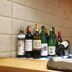 もも瀬 - カウンター席左端前方に並べられた酒瓶