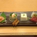 京都きん家 - お通し。サーモンの刺身と湯葉巻、ごぼうの漬物、湯葉豆腐、牛たたき。