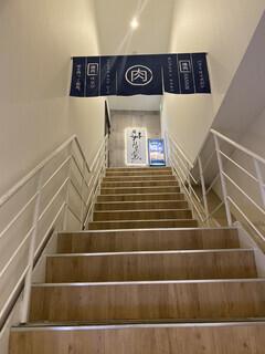 大阪焼肉HANABI - 階段を1番上まで上がった所にあります。