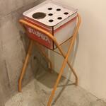大阪焼肉HANABI - 内観写真:出入り口付近に喫煙スペースあります。