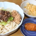 山のうどん屋 - 肉ぶっかっけうどん¥550 納豆¥50トッピング+いなり寿し¥70