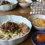 山のうどん屋 - 肉ぶっかけうどん¥550 納豆¥50トッピング+いなり寿し¥70