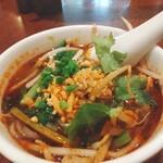 タイ料理 デュシット - ミニトムヤム麺麺の量はそんなに多くなく、シャキシャキもやしがたっぷりです。 辛い物好きのA子は途中で唐辛子入りナンプラーを足しましたが、私はむせないように慎重に食べるのが精一杯。