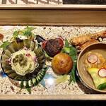 ケンゾーエステイトワイナリー - 5周年復刻木箱前菜。胡瓜漬物のカッペリーニ、マスカルポーネとキャビアのポテトサラダ、近江牛のハンバーガー、冷たい海老フライ、モッテラチーズのがんもどき。