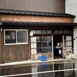 橋本製麺所 - 店舗外観。梅雨真っ只中…