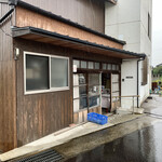 橋本製麺所 - 斜めから見た店舗外観。 雨に打たれながら…(^◇^;)