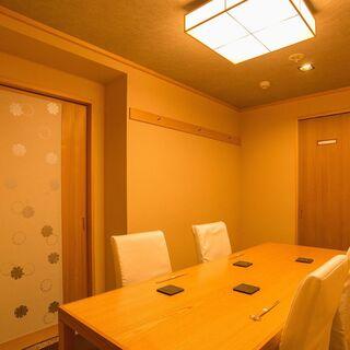 洗練された和やかな空間でごゆっくりとお寛ぎください。個室完備