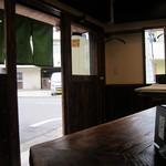 金沢うどん 奢り  - U字型カウンターと椅子席2×2