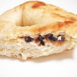 グランディール - ベーグル クリームチーズ&レーズンの断面。