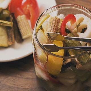 豊富な野菜を漬け込んだピクルスや、カレーに合うサラダも美味◎