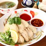 チョップスティックス - 料理写真:コムガー/海南チキンライス 鶏だしと生姜、数種類のスパイスで炊き上げたご飯に自慢の味つき蒸し鶏をのせました。