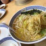 らーめん花楽 - もっちり系の麺。シャキシャキもやしたっぷりと、肉厚なワカメに花楽のがんばりがつまってる