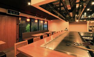 広島風お好み焼 伊豆川 - 広島から取り寄せた長さ3メートルの一枚鉄板です!