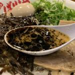 八幡山ばりきや - マー油入り豚骨スープ