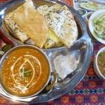 RAJA - マンスリースペシャルランチ(シーフードカレーランチ、ナンはセサミチーズナン)