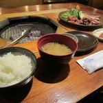 炭火焼 いとしま - 料理写真:定食の中で、「地鶏」を選びました。御飯と味噌汁に香の物、デザートとドリンクが付いています。