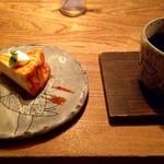 134082857 - 「チーズケーキとのマリアージュ」ザ・チーズケーキ(税込430円)、ブレンド ビタースイート(税込580円)