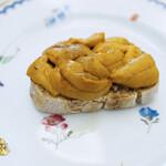 134083030 - 【季節の前菜】長崎壱岐の赤うに、自家製のライ麦パンとの組み合わせ