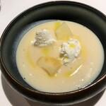 134083340 - ヴィシソワーズスープ、桃、リコッタチーズ