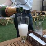 フランセスキッチン - ビアガーデンでスパークリングワイン。