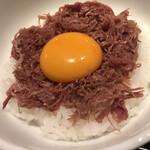 ハンバーグ&ステーキ 黒毛和牛 腰塚 - 腰塚コンビーフの正しい食べ方(だと推薦しちゃう) 卵とからめると乳脂がさらにまろやか〜♡