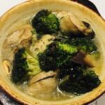 ビストロ キャトルズ - 【広島県産】大粒牡蠣とブロッコリーのアヒージョ