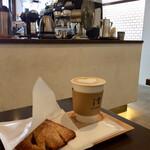 イット コーヒー - カフェラテ、キャラメルと洋梨のパイ